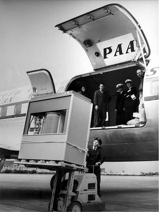 Un RAMAC est chargé à bord d'un DC7 - Automne 1957
