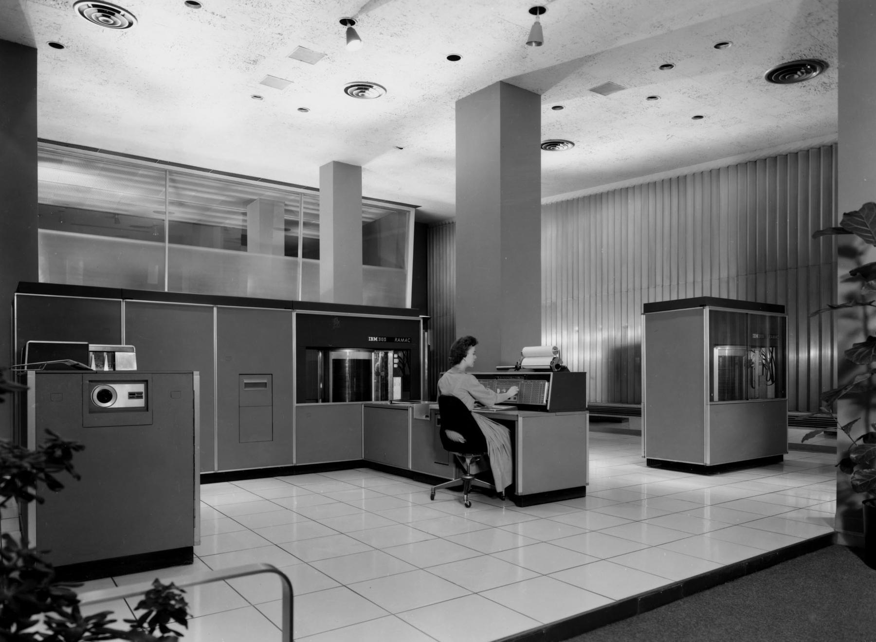 Un IBM RAMAC 305 avec son opératrice (on voit 2 disques durs IBM 350 sur l'image)
