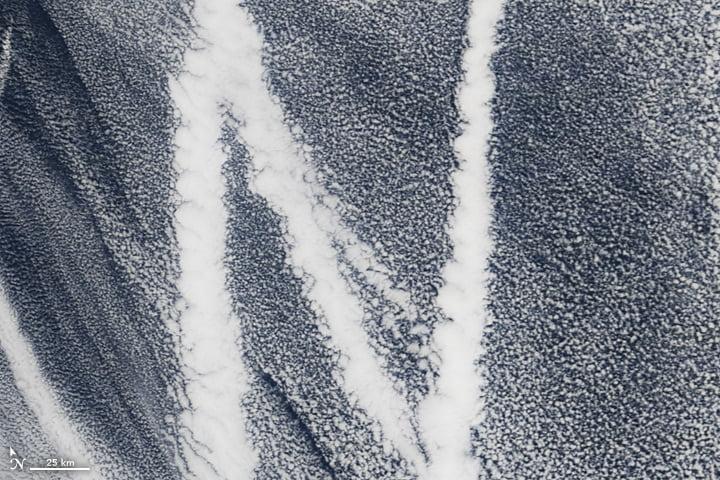 Particules laissées par le sillage d'un navire sur le Pacifique