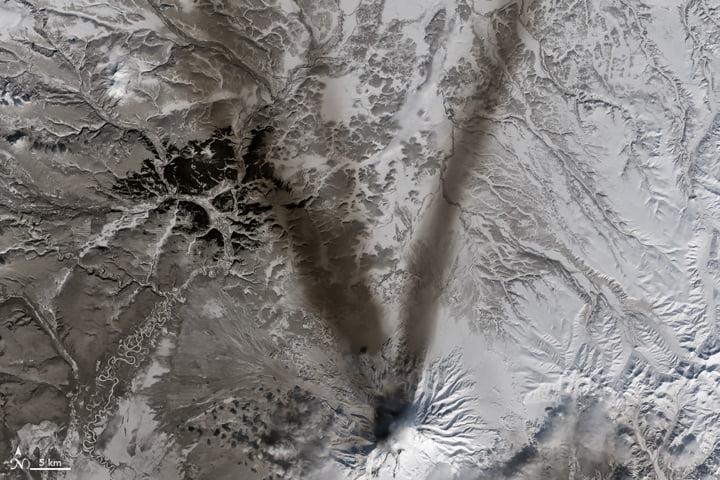 Cendres sur la neige autour du volcan Chiveloutch (Russie)